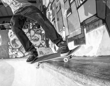 Close-up van een skateboard in actie